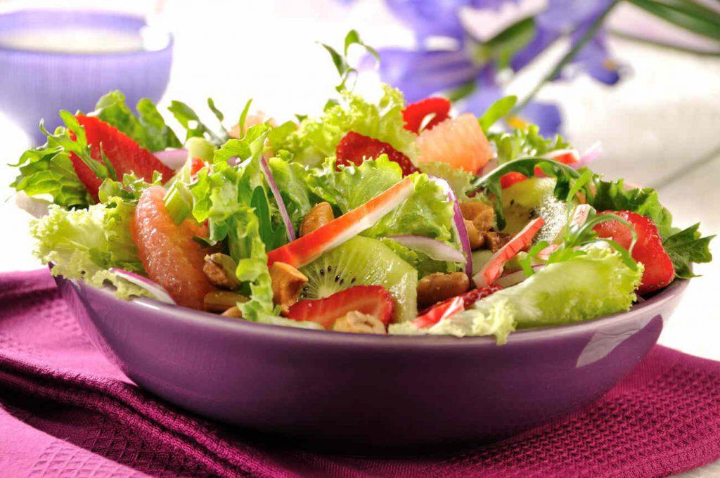 Ensalada de lechugas, frutas y nuez de la india