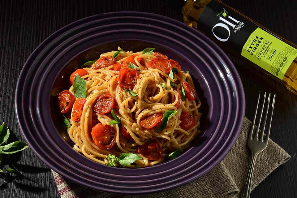 Espaguetti-de-pimienta-y-parmesano-con-tomates-rostizados