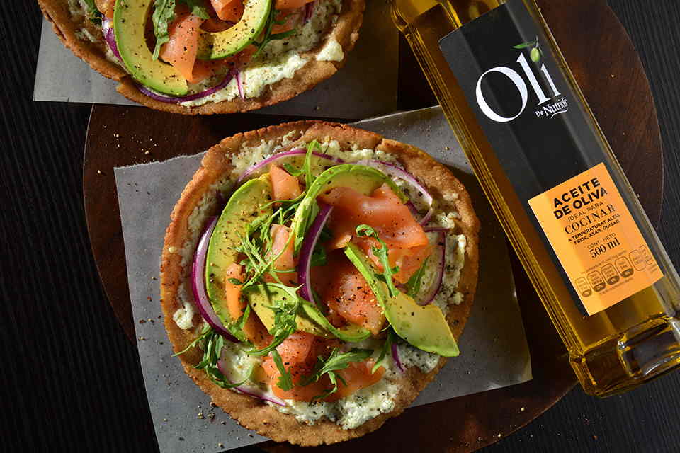 Pizza-de-salmon-arugula-y-aguacate